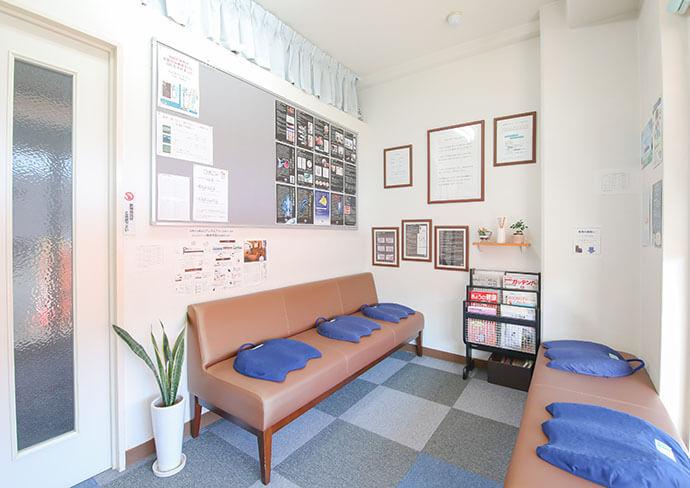 いな中央接骨院の待合室の写真