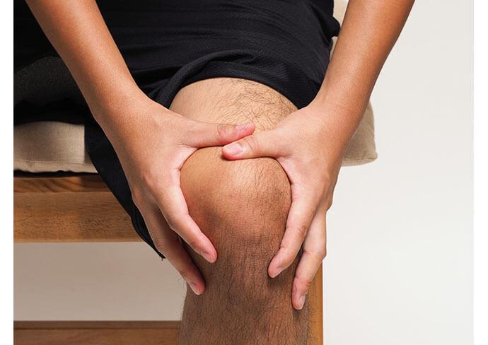 膝痛のつらそうな男性
