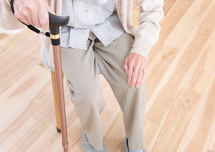 膝痛のつらそうな女性