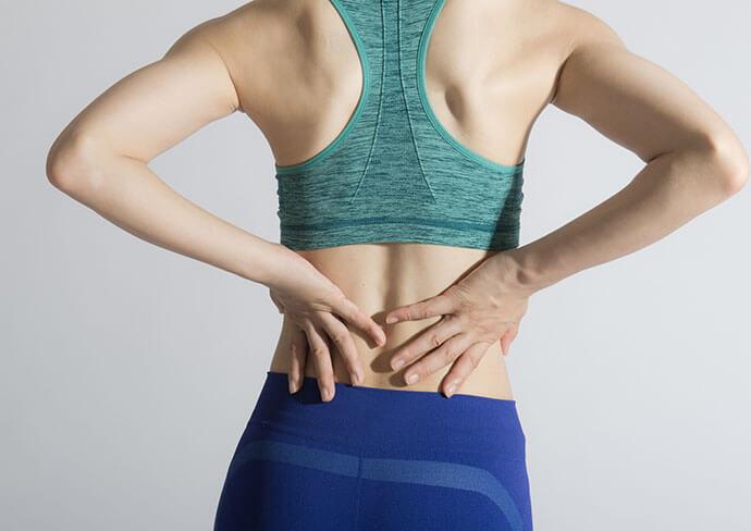 腰痛のつらそうな女性