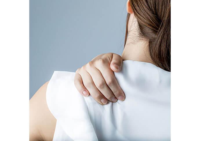 首・肩のつらそうな女性