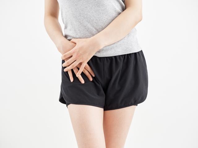 股関節の痛みに悩む女性