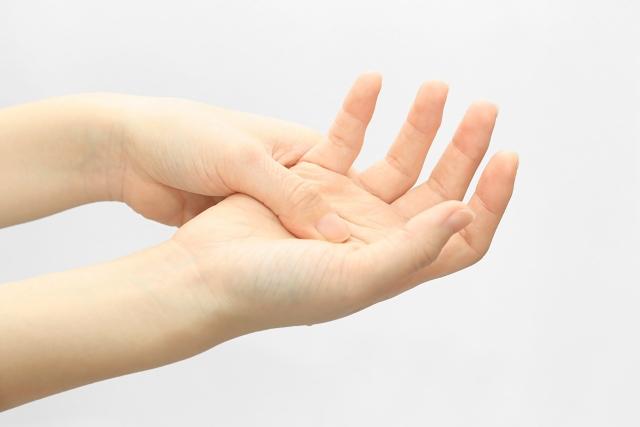 指が痛みに悩む女性